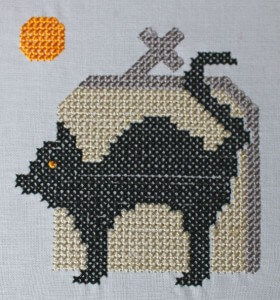 stickdatei_halloween_katze-vor-grabstein_detail_by-myneedleworks